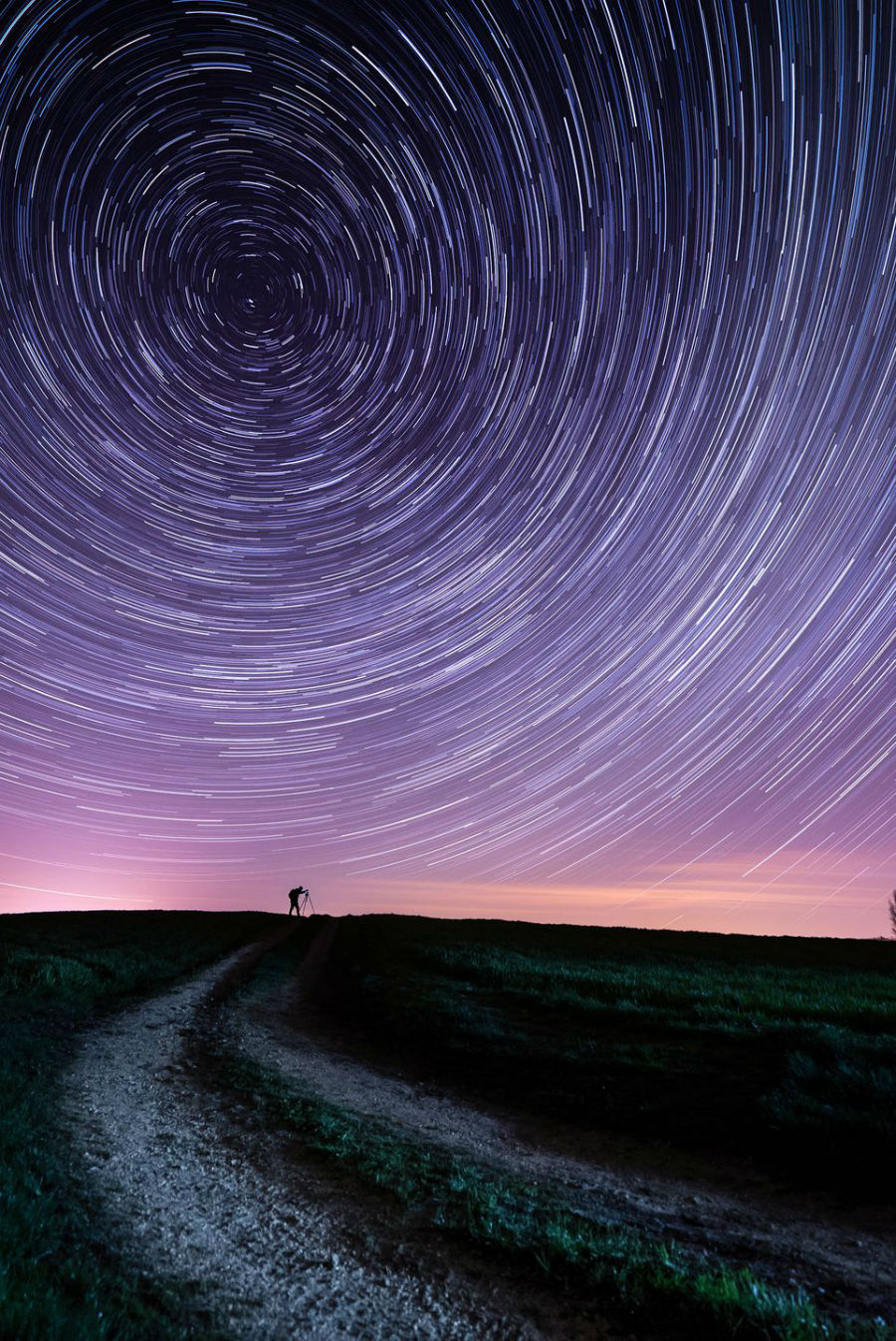 نمایش حرکت دورانی ستاره ها در آسمان شب در زمان تحویل بهار به تابستان به وقت انگلستان که با تکنیک عکاسی به این صورت ثبت شده است