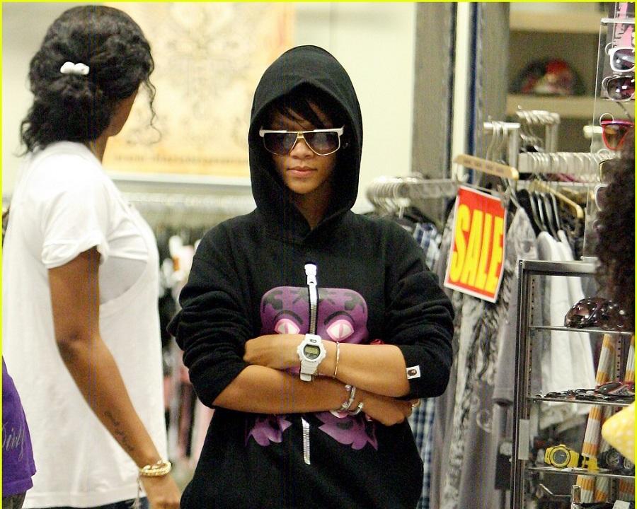 ریحانا به اینکه همیشه سعی می کند خود را از دید مردم مخفی کند، شهرت دارد؛ او عموما لباس هایی با کلاه های بزرگ می پوشد و از عینک های آفتابی استفاده می کند. با این حال، همیشه به همراه گارد محافظتی در میان مردم حاضر است.