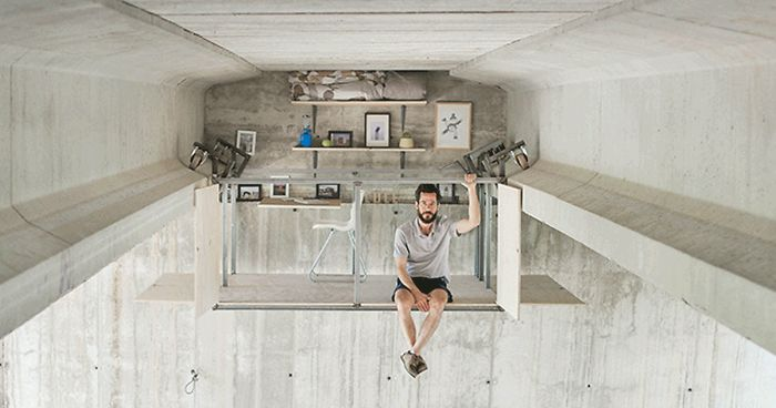 یک طراح صنعتی دفتر کار خود را در زیر پلی در شهر والنسیا احداث کرده است