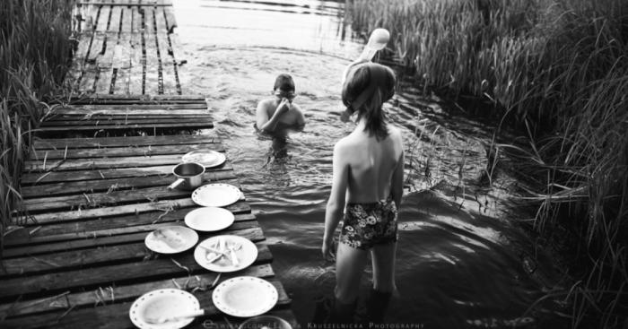 مجموعه ای از عکس های سیاه و سفید بازی کودکان در تابستان