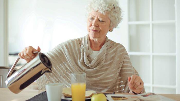 چرا افراد سالمند شب ها زود خوابیده و صبح ها زود بیدار می شوند؟