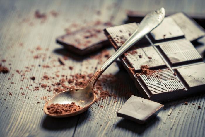 چرا گفته می شود شکلات سیاه برای بدن مفید است؟