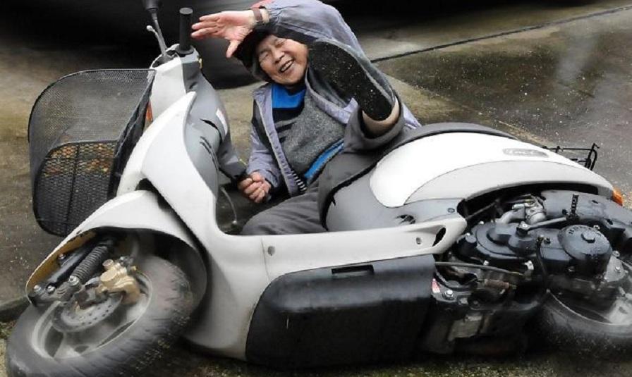 سلفی های پیرزن ۸۹ ساله ای که نشان می دهند شاد بودن سن و سال نمی شناسد