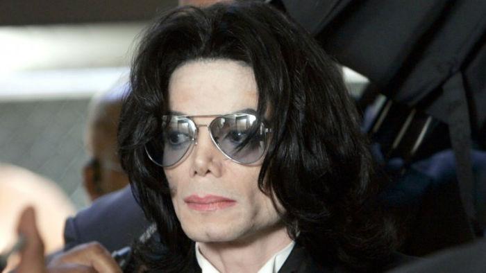 michael jackson 1506309483 w700 - سلبریتی هایی که بخش زیادی از ثروت خود را صرف جراحی زیبایی کرده اند