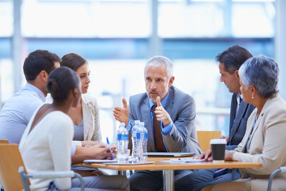 آداب و اصول کنار آمدن با همکار زورگو و پرادعا را بیاموزید