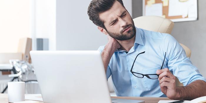 ۷ روش سادهای که از کمر و گردن درد ناشی از بد نشستن نجاتتان خواهد داد