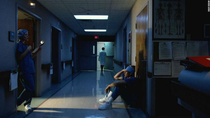 111206065841 night shift doctor nurse hospital hallway horizontal large gallery w700 روزیاتو: چگونه داشتن شیفت کاری شبانه در طولانی مدت تعادل بدن شما را به هم می ریزد؟ اخبار IT