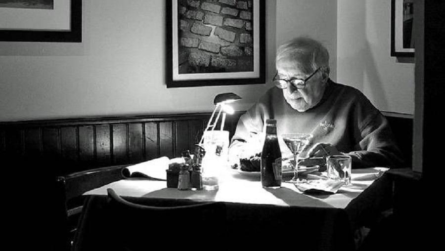 تنهایی غذا خوردن چه خطراتی برای سلامت انسان بههمراه دارد؟