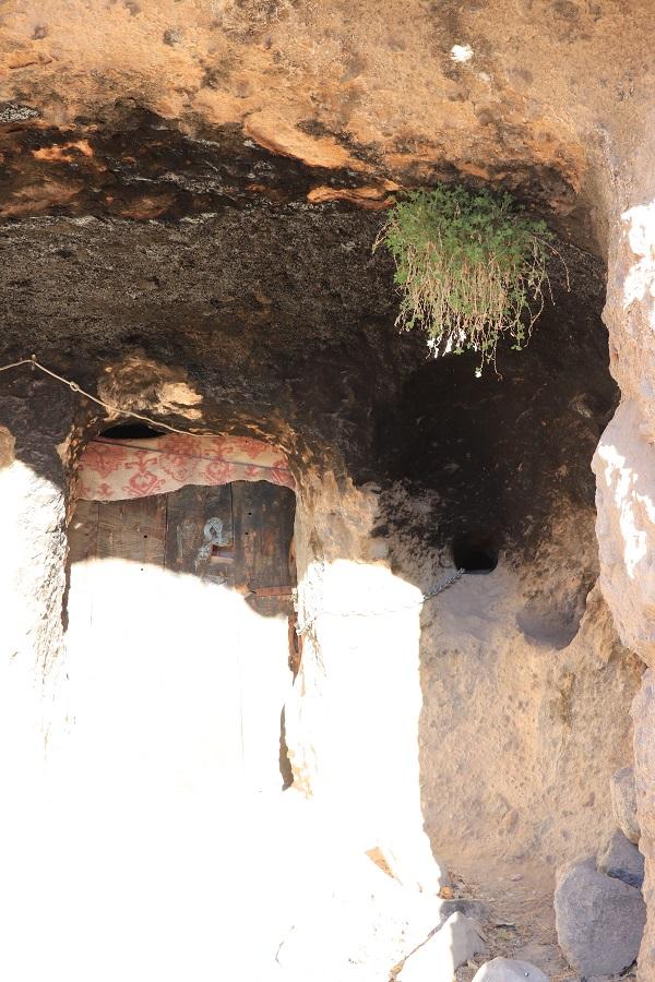 گزارش سفر به میمند شهر بابک، روستایی صخرهای و دستکند