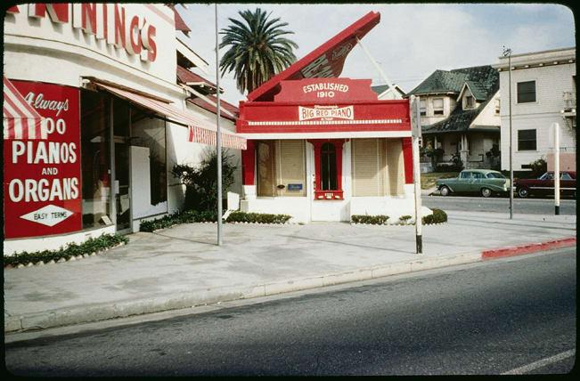 نگاهی به عجیب ترین ساختمان های کالیفرنیا؛ از دونات غول پیکرتا کفش