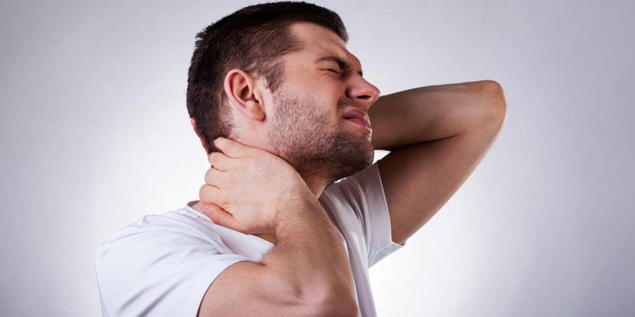 ۷ عادت به ظاهر بی ضرری که عامل گردن درد همیشگی تان است