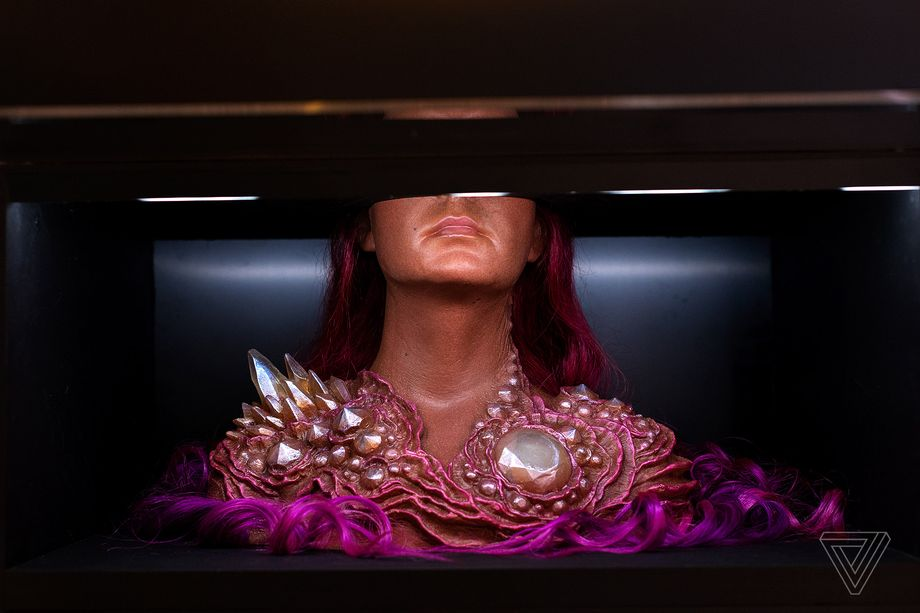 A.Human : وقتی گوشت و پوست قرار است جای لباس را بگیرند