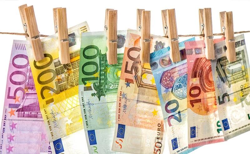 ارز مسافرتی از ۱۴ مهر ۱۱۸۰۰ تومان شد. [۱۰۰۰ یورو به مسافران شنگن]