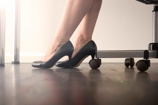 06 day of sitting leg pain 760x506 - روزیاتو: راهکارهایی برای کاهش عوارض خطرناک شغل های پشت میزی و نشستن طولانی مدت
