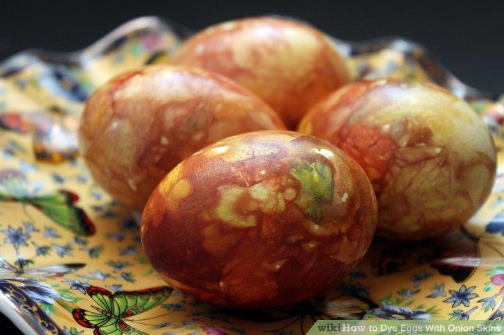 آموزش تصویری رنگ کردن تخم مرغ با پوست پیاز