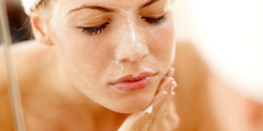 ۱۲ اشتباه رایج در شستن صورت که سلامت و زیبایی آن را به خطر می اندازند