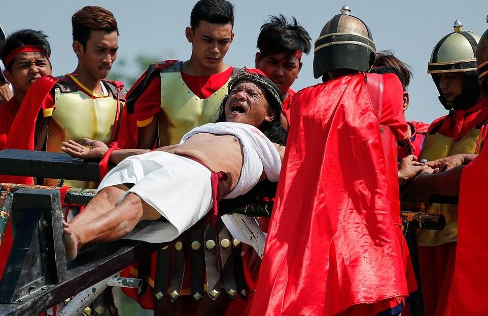 به صلیب کشیده شدن و تازیانه خوردن مسیحیان کاتولیک متعصب فیلیپینی در «آدینه مقدس»