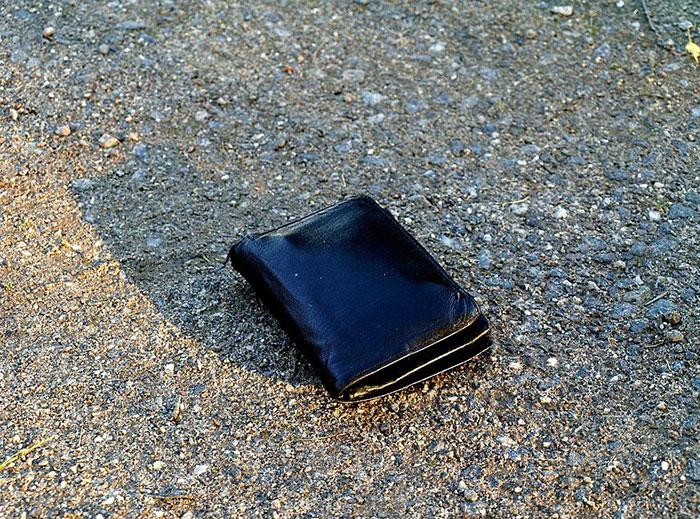 اگر یک کیف پول در خیابان پیدا کنید آن را به صاحبش پس میدهید؟