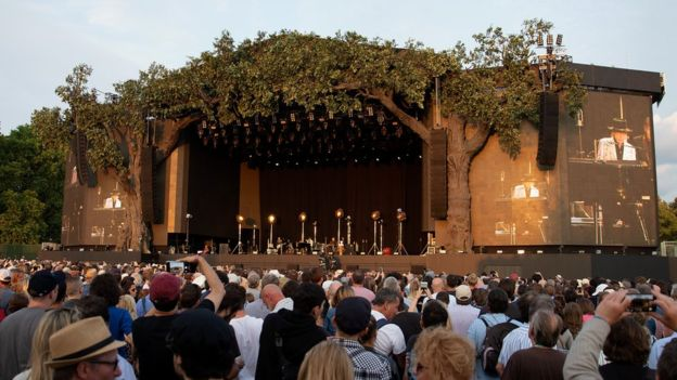 نیل یانگ و باب دیلن در هایدپارک لندن به روی صحنه رفتند