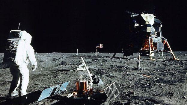 قدم گذاشتن انسان بر روی کره ماه
