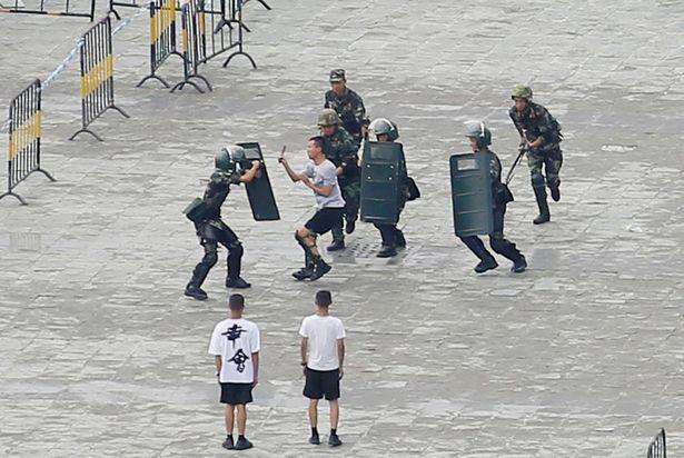 حمایت «جکی چان» از دولت چین و استفاده از چنگالهای الکتریکی برای حمله به معترضان در هنگ کنگ