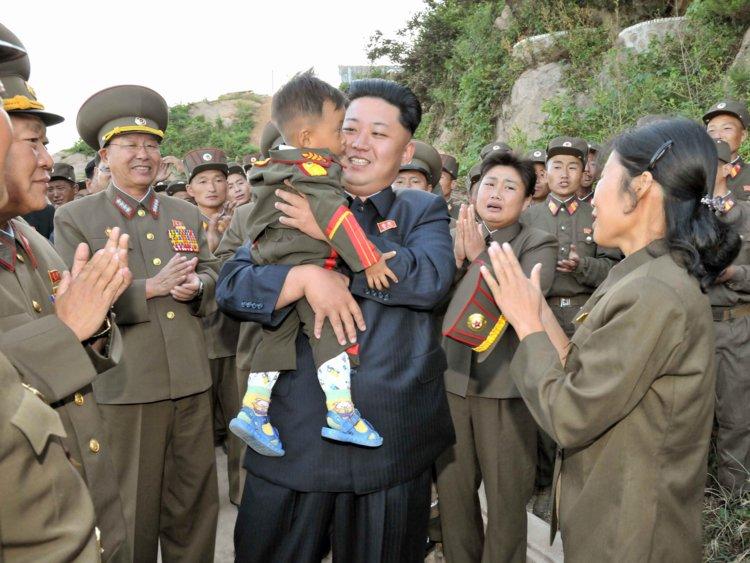 ارتش کره شمالی چهارمین ارتش بزرگ جهان است که بیش از 1.2 میلیون سرباز فعال در حال خدمت دارد. برای اکثر شهروندان این کشور خدمت سربازی اجباری است
