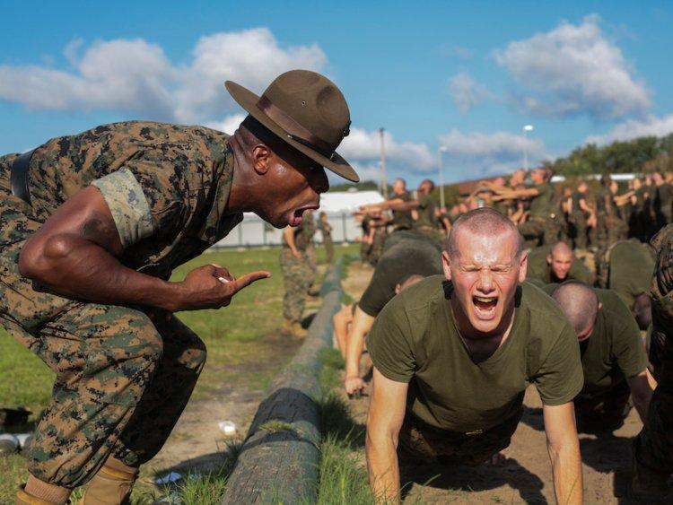 در ادامه می خواهیم تجربه شخصی یکی از سربازان داوطلب تفنگداران ویژه دریایی در مرحله اولیه آموزشی در یکی از این پادگان ها را با شما به اشتراک بگذاریم.