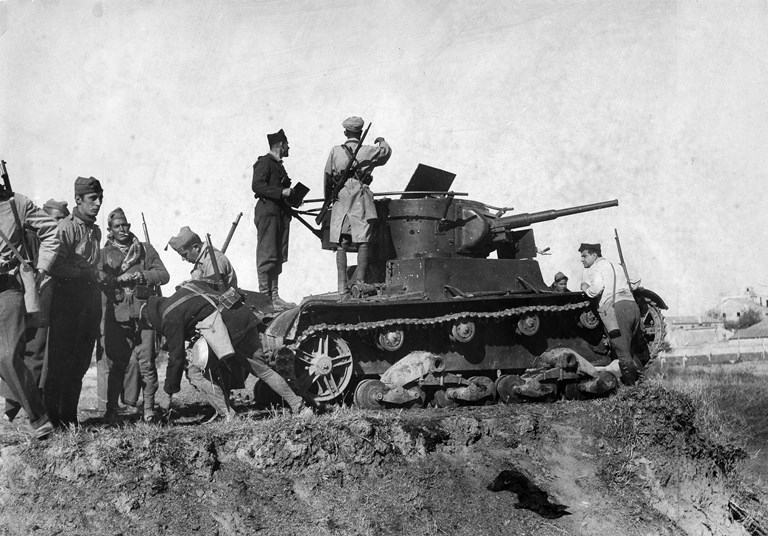 وکتل مولوتوف (Molotov cocktail) نزدیک به یک قرن است که به عنوان سلاحی ساده و دست ساز برای اهداف متعدد و به خصوص توسط غیرنظامیان به کار گرفته می شود.
