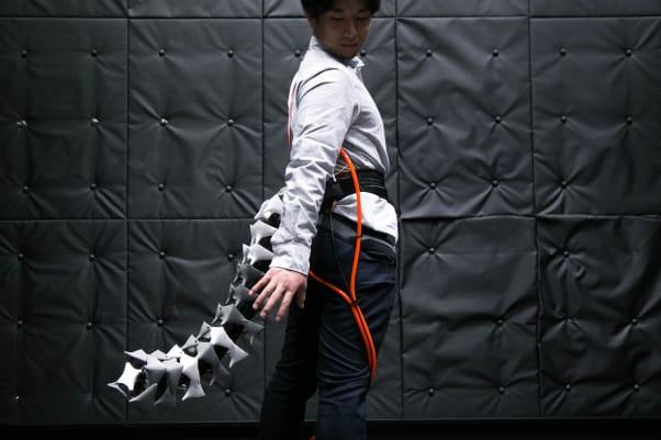 تیمی از محققان دانشگاه کیو در توکیو، یک دم رباتیک انسانی پوشیدنی را طراحی کرده اند که از طریق یک کمربند به بدن متصل شده و به شخصی که آن را پوشیده کمک می کند که تعادلش را حفظ نماید
