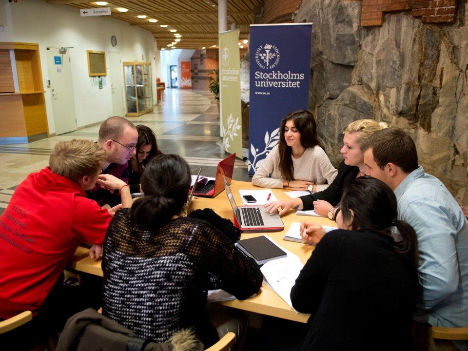 در بسیاری از کشورهای جهان برای تحصیل در دانشگاه باید مبالغ قابل توجهی بپردازید به نحوی که شهریه دانشگاه در کشورهایی مانند ایالات متحده به یک معضل تبدیل شده و بسیاری توانایی تامین این هزینه ها را ندارند.