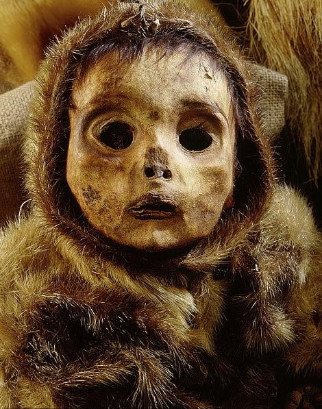 در روزهای اخیر تصاویری از مومیایی های نسبتاً سالم یک خانواده هشت نفره اسکیموهای معروف به «اینویت» (Inuit)، از جمله یک پسربچه 6 ماهه، که به مدت 500 سال در درون یخ ها منجمد شده بودند متنشر شده است.