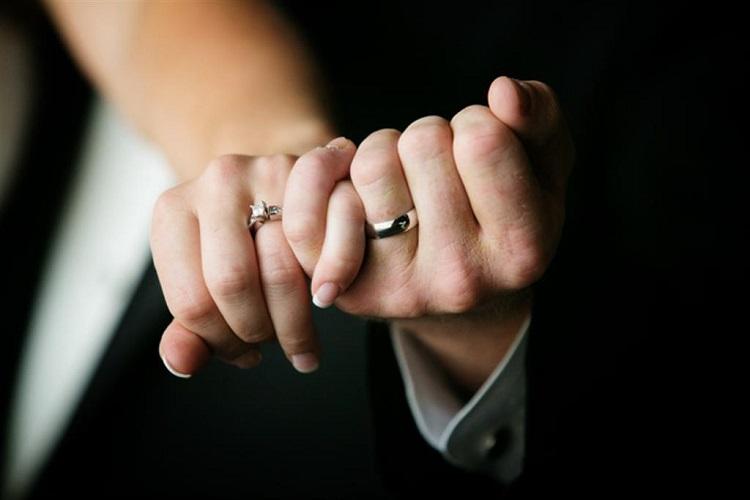 حلقه ازدواج در انگشت چهارم دست چپ