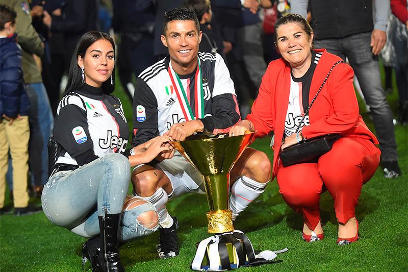 کریستیانو رونالدو، بازیکن مشهور فوتبال و عضو تیم فوتبال یوونتوس ایتالیا و تیم ملی پرتغال، در یک مصاحبه افشاگرانه با پیرس مورگان می گوید که او علیرغم شهرت و ثروتش حسرت های فراوانی دارد از جمله این که حتی نمی تواند فرزندانش را به پارک ببرد.