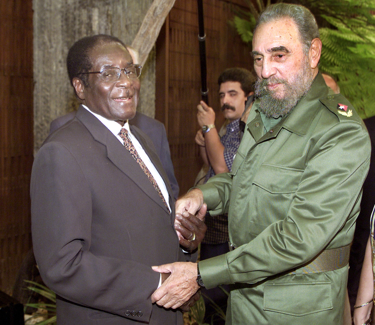رابرت موگابه،هیولایی که با فقیرتر شدن مردمش بر ثروت خود می افزود، در سن 95 سالگی و پس از سقوطی آرام در بیمارستانی در سنگاپور درگذشته است.