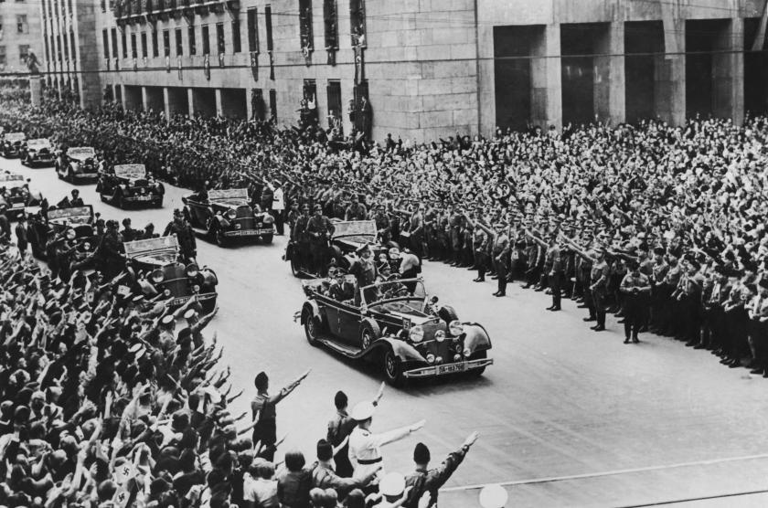 آدولف هیتلر از سال ها قبل از به قدرت رسیدن و در کتاب «نبرد من» خود به وضوح گفته بود که به دنبال یک زندگی بهتر و پر از رفاه برای مردم آلمان به هر قیمتی است.