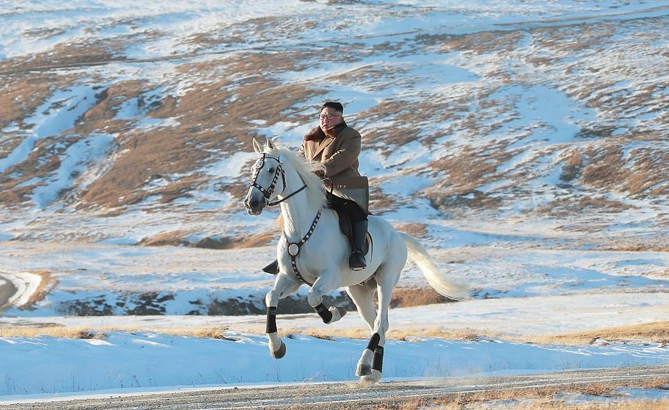 در آخرین پرده از ماجراجویی های تبلیغاتی کیم جونگ اون، رهبر کره شمالی، تصاویری از او سوار بر یک اسب زیبا در منظره ای زیبا و در کوهستانی برفی که از نظر بسیاری از کره ای ها مکانی مقدس انگاشته می شود منتشر شده است.