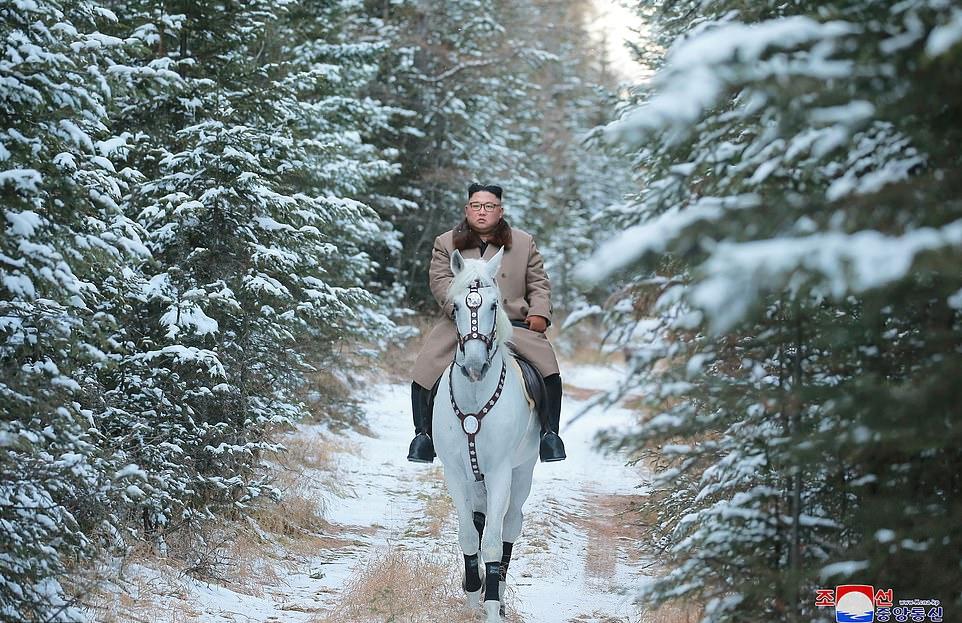 اسب سواری «کیم جونگ اون» در کوهستان برفی مقدس؛ تقلید رهبر کره شمالی از «ولادیمیر پوتین»؟