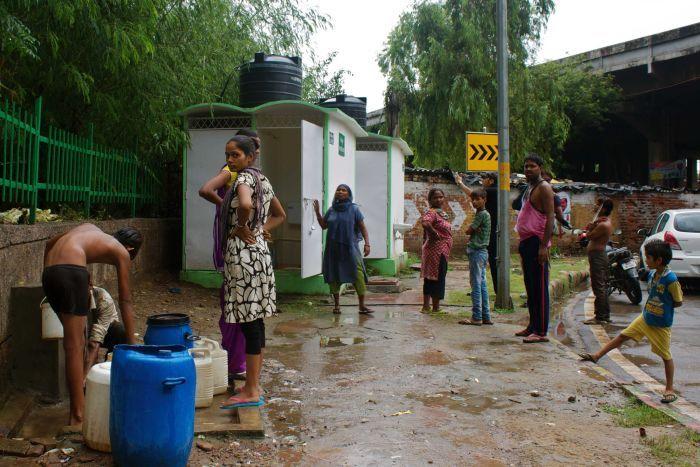نخست وزیر هند اعلام کرده که این کشور اکنون کاملاً تحت پوشش دستشویی های بهداشتی قرار داشته و اجابت مزاج در فضای باز در این کشور در حال از بین رفتن است.