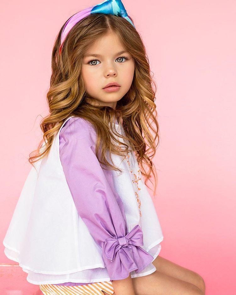 یک کودک-مدل بسیار زیبای روسی که بسیاری او را «زیباترین دختر جهان» لقب داده اند بیش از 22.000 فالوور در اینستاگرام دارد. آلینا یاکوپووا (Alina Yakupova)، 6 ساله و اهل مسکو از سن 4 سالگی وارد عرصه مدلینگ شده