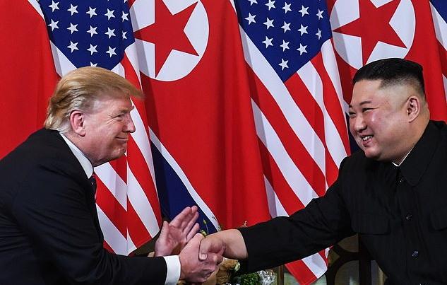 کیم جونگ اون، رهبر کره شمالی، در جدیدترین شو تبلیغاتی خود در محاصره گروهی از سربازان زن گریان در جریان دیدارش از یک پست نگهبانی ارتش در نقاط دوردست کشور به تصویر کشیده شده است.