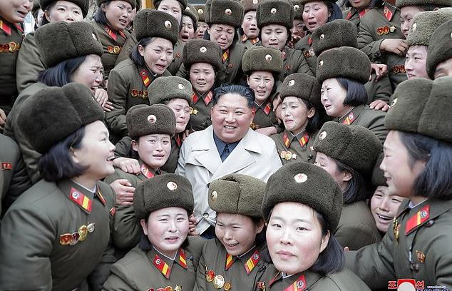 «کیم جونگ اون» در محاصره سربازان زن گریان؛ تصاویر رهبر کره شمالی در بازدید از مراکز نظامی