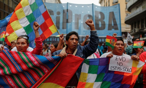 اوو مورالس روز یکشنبه هفته اخیر بعد از فشار مخالفان- که وی آن را کودتا علیه خودش می داند و مخالفان آن را بازگشت دموکراسی به کشور تلقی می کنند- از مقام خود به عنوان رییس جمهور بولیوی کناره گیری کرد