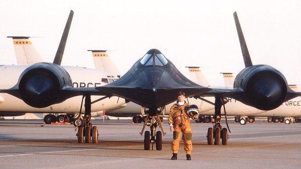 هواپیمای جاسوسی SR-71 Blackbird یا Lockheed SR-71 توسط کمپانی لاکهید مارتین در خفا و در اواخر دهه 1950 طراحی شد، هواپیمایی که می توانست به لبه فضا رفته و حتی از یک موشک نیز پیشی بگیرد.