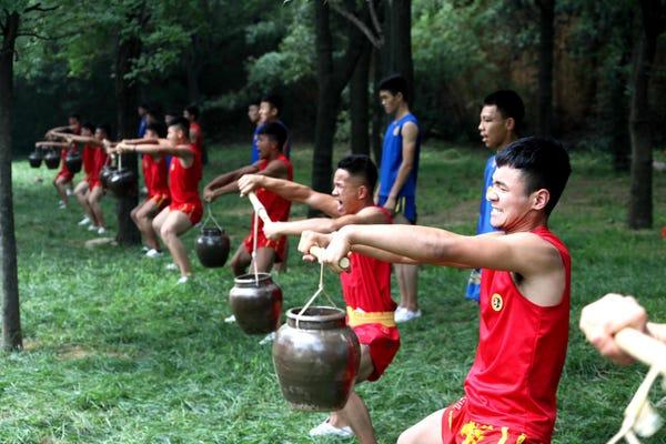 از زمانی که در سال 495 بعد از میلاد مسیح تاسیس شد، «معبد شائولین» (Shaolin Temple)، خانه اول کونگ فو، آیین بودایی و مکتب ذِن، همواره مورد تهدید و حمله قرار گرفته و چندین بار تقریباً به طور کامل ویران شده است.