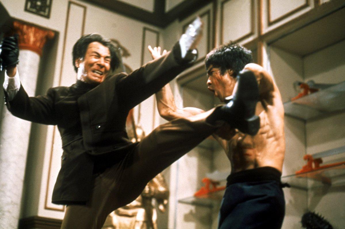 سینمای هنرهای رزمی در دهه 1920 در چین آغاز شد، جایی که فیلم های رزمی را با عنوان «فیلم های وو شیا» یا «فیلم های مبارزه دلیرانه» می شناختند.
