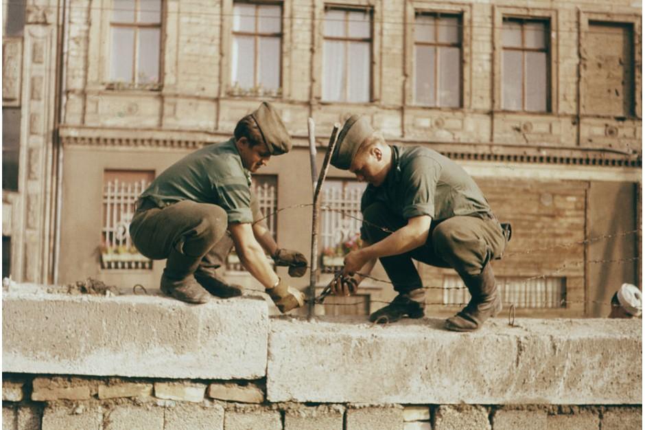 امروز نهم نوامبر مصادف است با سالروز فروپاشی دیوار برلین، دیواری که به مدت نزدیک به 30 سال شهر برلین را به دو بخش غربی و شرقی تقسیم کرده بود