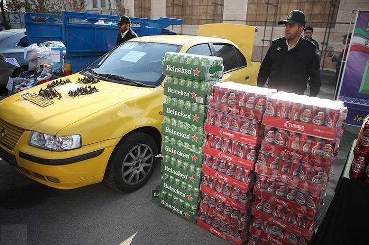 تصاویری از اقدامات خودرو حامل مشروبات الکلی در تهران