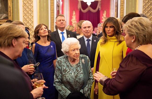 روزی که با اتهامات شدیداللحن دونالد ترامپ نسبت به امانوئل مکرون شروع شده بود با رویارویی چشم در چشم رئیس جمهور فرانسه و بانوی اول ایالات متحده و گره زدن دست هایشان در یکدیگر در خیابان تاریک مشهور لندن به پایان رسید.
