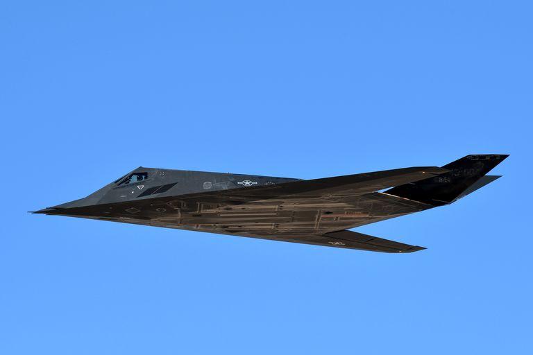 اخیراً تصاویری ماهواره ای از یک پایگاه هوایی سری در منطقه 51 صحرای نوآدا منتشر شده که ظاهراً نسلی از پرنده های جدید نیروی هوایی ایالات متحده را نشان می دهد.