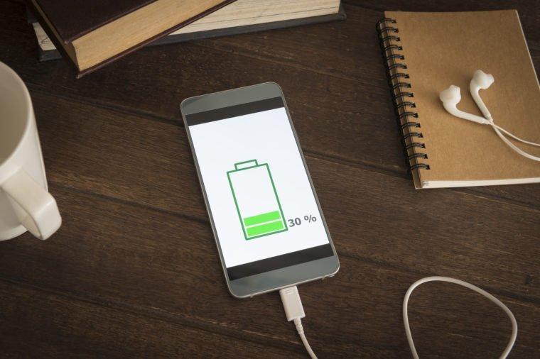 دوست نداریم حامل خبرهای بد باشیم اما با عادات خاصی که در زمینه شارژ کردن گوشی همراه هوشمند خود دارید ممکن است باعث کاهش عمر مفید باتری آن شوید.